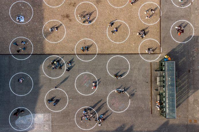 De kringen op het Gentse Sint-Pietersplein, waar groepjes van maximaal vier personen mogen zitten.