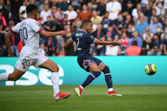 Kylian Mbappé scoort namens Paris Saint-Germain tegen Clermont.