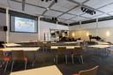 De oude school is uitgebreid met een grote zaal waarin 350 mensen terecht kunnen.
