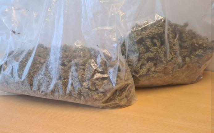 Twee grote zakken wiet werden gevonden bij een bestuurder in Vlijmen.