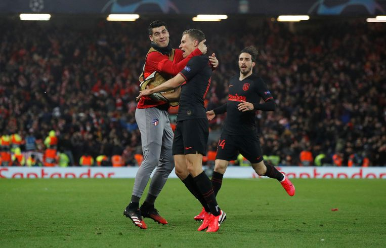 Llorente viert in de verlenging de eerste van zijn twee gewichtige treffers voor Atletico Madrid met wisselspeler Morata. Invaller Vrsaljko gaat ook in de vreugde delen. Beeld Reuters