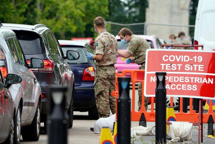 Inwoners van Leicester schuiven aan om getest te worden op het coronavirus.