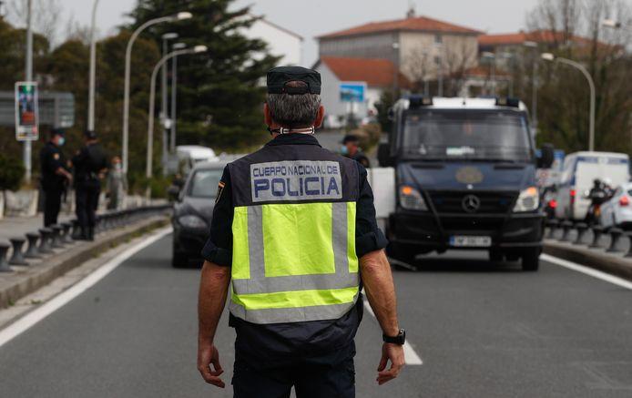 Spaanse politie controleert auto's op een negatieve PCR-test om de grens over te mogen.