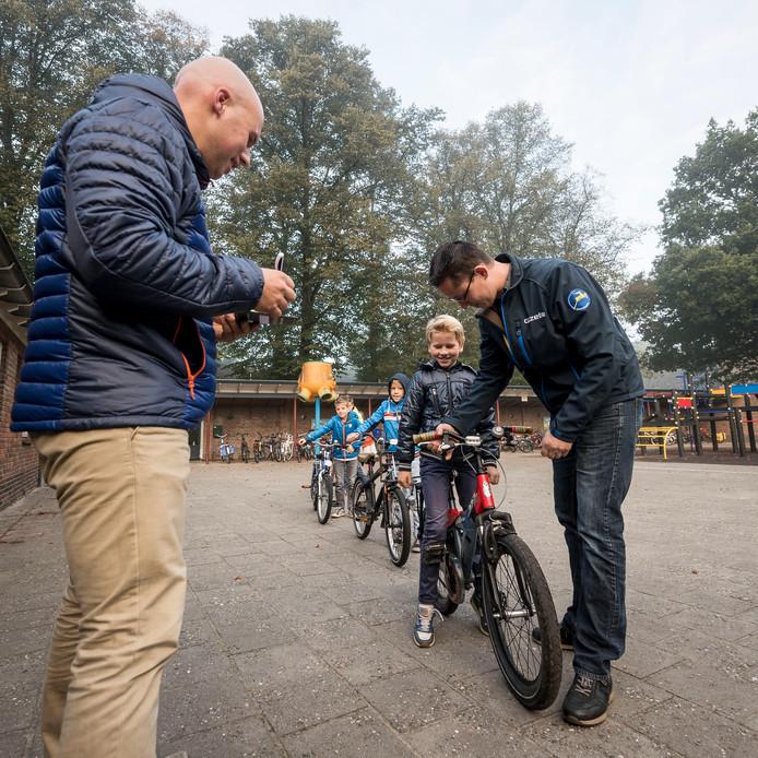 Verkeersouder Ralph Rolfes (links) en Edward oude Hesselink van Jos Overmeer Tweewielers in Geesteren keuren de fietsen.