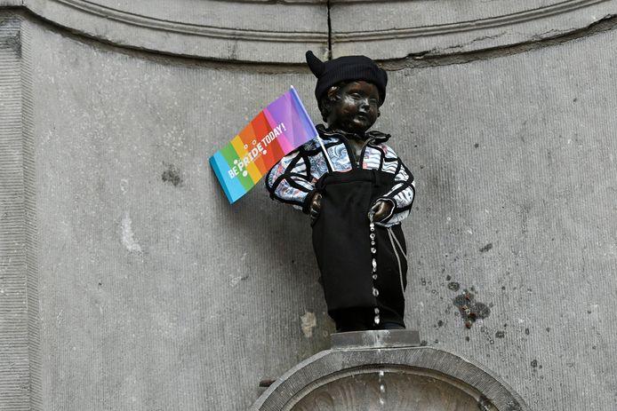 Manneken-Pis avec un drapeau aux couleurs LGBT, lors de la Belgian Pride