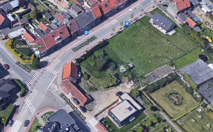 De lap grond ligt op de hoek van de Heerweg-Zuid met de Zandvoordestraat.