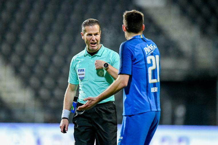 Heralces  - Vitesse. Danny Makkelie maakt Matus Bero van Vitesse duidelijk wie de baas is.  Beeld Pro Shots / Stefan Koops