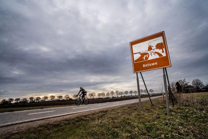 Welkomstbord langs de Tielsestraat bij Andelst. 'Natuurlijk hebben die borden een doel. Maar het goede doel is altijd op meer manieren uit te leggen.'