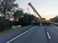 A12 bij Zevenaar hele nacht dicht voor bergen vrachtwagen die over de vangrail sloeg
