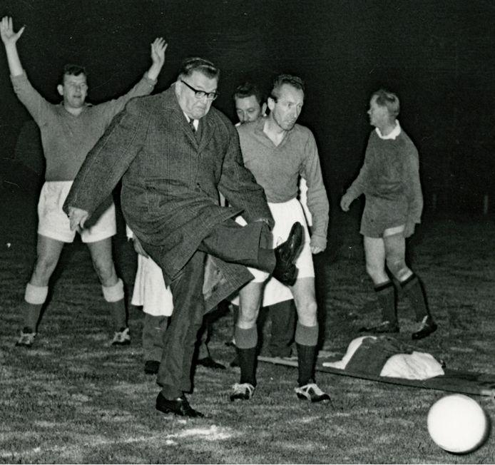 Wethouder Theo van Eupen doet de aftrap tijdens de wedstrijd tussen pers en BN'ers in 1962