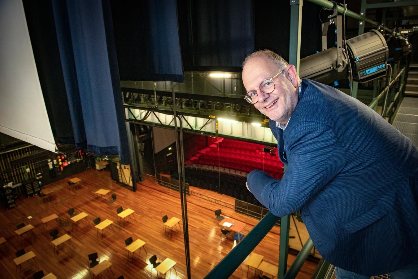 Johan Boonekamp op de brug boven het podium van de theaterzaal in Theater Hanzehof.