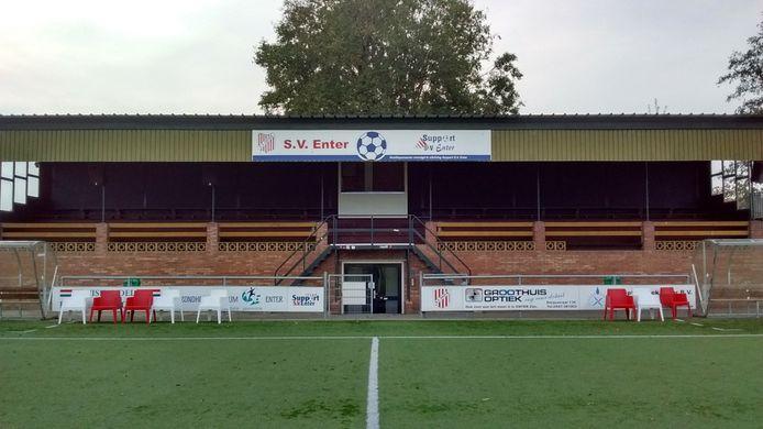 De tribune van SV Enter voordat het gerenoveerd is.