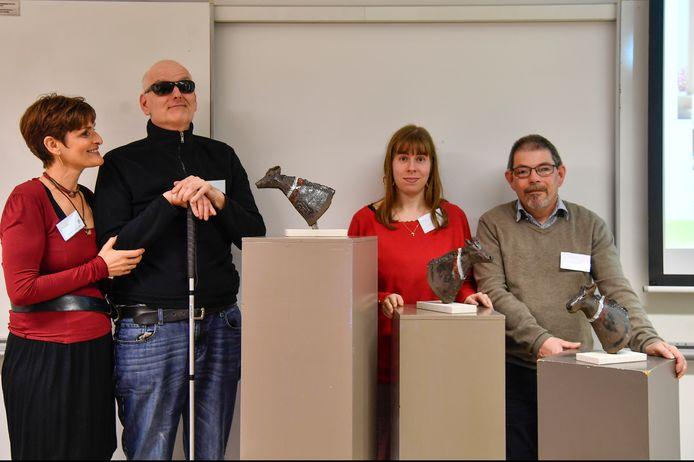 Rita Sarens en leden van het creatief atelier zijn trots op de keramische werkjes.