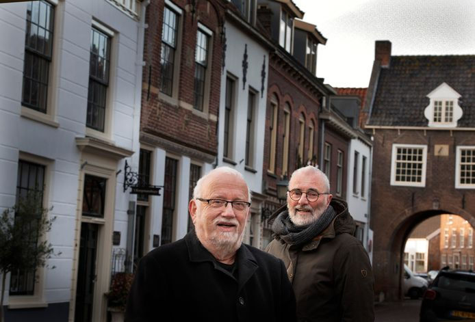 Evert Obdeijn(voorgrond) en Huub Claessens van Buren 625 in hun stad.           .