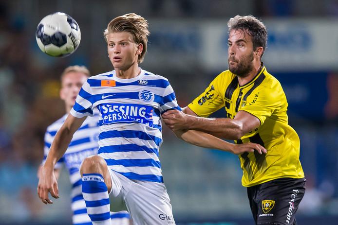 Jurre Vreman (links) duelleert voor De Graafschap met Ralf Seuntjens van VVV-Venlo. Vreman speelde twee duels als prof voor de Doetinchemse club. Hij vertrekt komend seizoen naar Woezik.