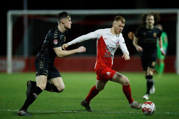 Jonas Arweiler (R) in actie namens Jong FC Utrecht tegen GA Eagles