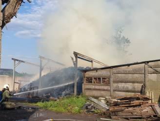Opslagplaats met hout schiet in brand