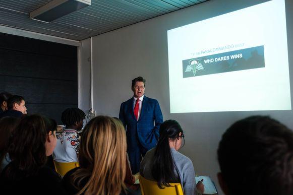 Philip Cracco vertelt de leerlingen over zijn loopbaan.