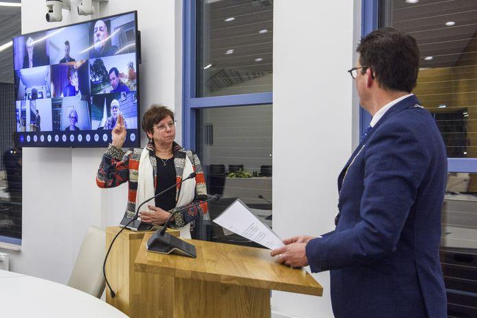Gerda ter Denge is dinsdagavond in de Berkellandse in een vrijwel lege raadszaal geïnstalleerd als wethouder namens het CDA.  De gemeenteraadsleden volgden de installatie online.