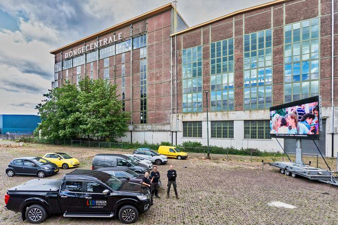 Bij de Dongecentrale in Geertruidenberg wordt een drive in bioscoop te georganiseerd. Op een LED-scherm wordt een film vertoond waarvan het geluid via de autoradio op te vangen is.