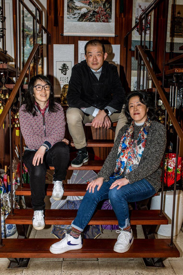 Ching Yu en zijn twee zussen. Beeld Nosh Neneh