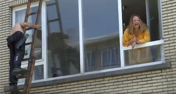 Sabine Peeters kreeg van haar ouders voor haar verjaardag een ruitenwasser in bloot bovenlijf cadeau.