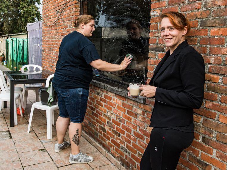 Kim Langewouters (rechts) en haar poetsvrouw Petra. Beeld Joel Hoylaerts / Photonews