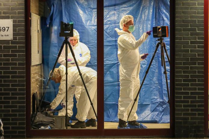 Forensisch onderzoekers doen onderzoek op de plek waar de man neergestoken werd aangetroffen.
