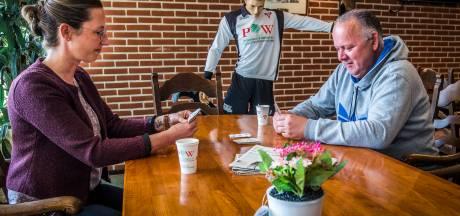 André fleurt op bij Inloop Trefpunt in Enschede: 'Fijn om hier te zijn, thuis zit ik alleen'