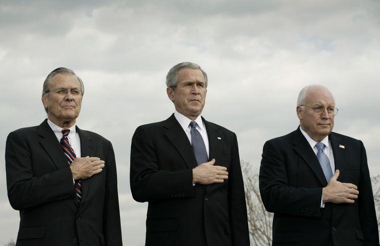 Donald Rumsfeld, president George Bush en vicepresident Dick Cheney tijdens de afscheidsceremonie van Rumsfeld in 2006.   Beeld Charles Ommanney / Getty Images