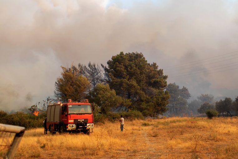 De brandweer bestrijdt het vuur op Rodos. Beeld EPA