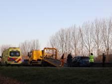 Auto en bestelbus weggesleept na botsing op provinciale weg in Veghel