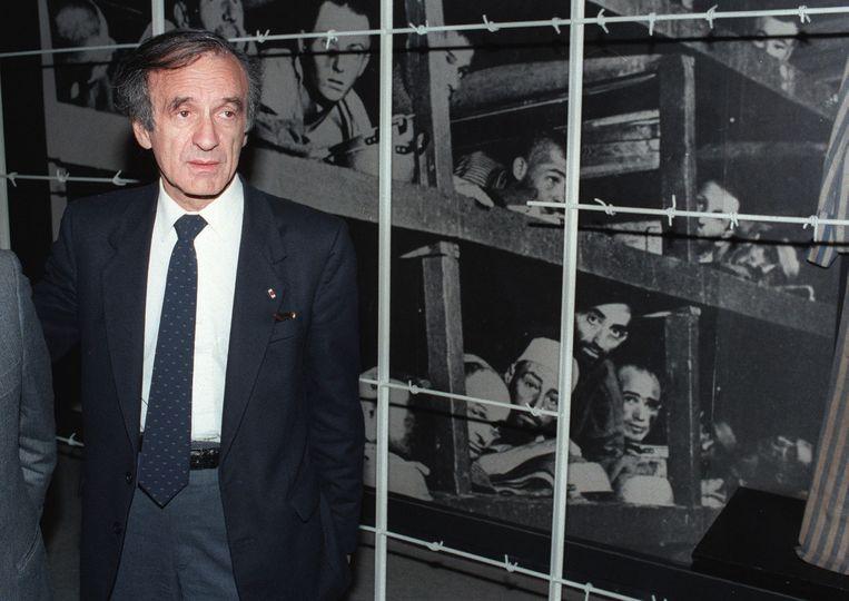 Wiesel voor een foto van zichzelf in Buchenwald (rechtsonder) Beeld afp