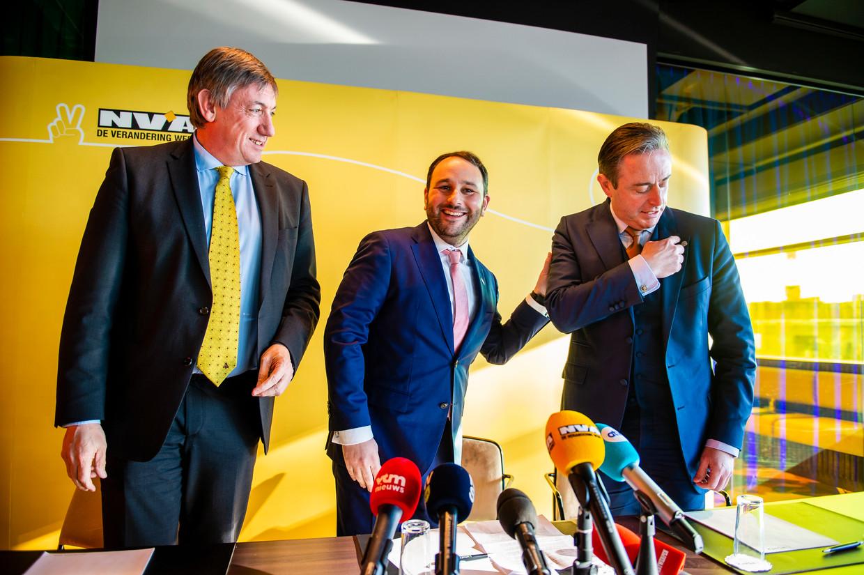N-VA-Kamerlid Michael Freilich met Jan Jambon en Bart De Wever. Het leed van de Palestijnen staat veraf van de N-VA-voorzitter. Beeld Gregory Van Gansen