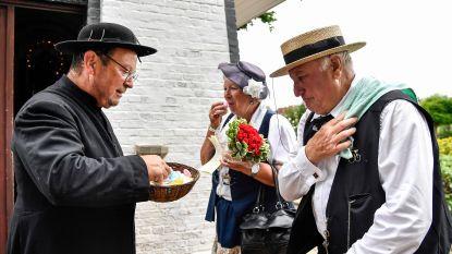 Hams koppel krijgt tijdens fietstocht 'Oude Gloriën' ceremonie voor hun vijftigste huwelijksverjaardag