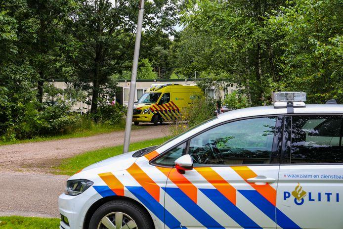 Veel hulpdiensten op het voormalige terrein van de Hoenderloo Groep na het steekincident.