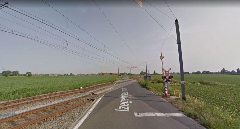 De overweg in de Izegemsestraat ligt vlak bij het dorp Sente (Sint-Katharina).