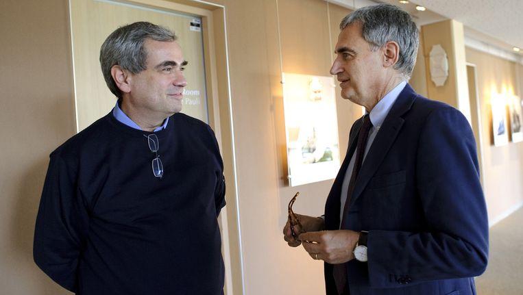 Hoofd van de researchgroep Dario Auterio (l) praat met Antonio Ereditato (r), in september in Geneve. Beeld afp