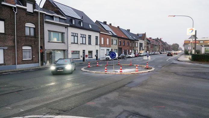 Op het kruispunt werd een proefrotonde aangelegd.