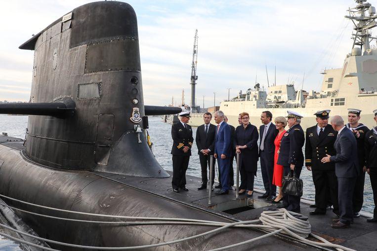 De Franse president Emmanuel Macron en de Australische premier Scott Morrison bezoeken een duikboot in de   haven van Sydney in 2018. Beeld Photo News