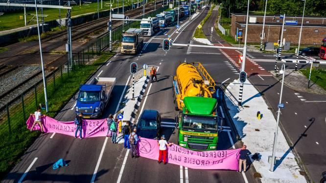 Gefrustreerde chauffeurs staan uren vast door klimaatactie: 'Laat ons gewoon ons werk doen'
