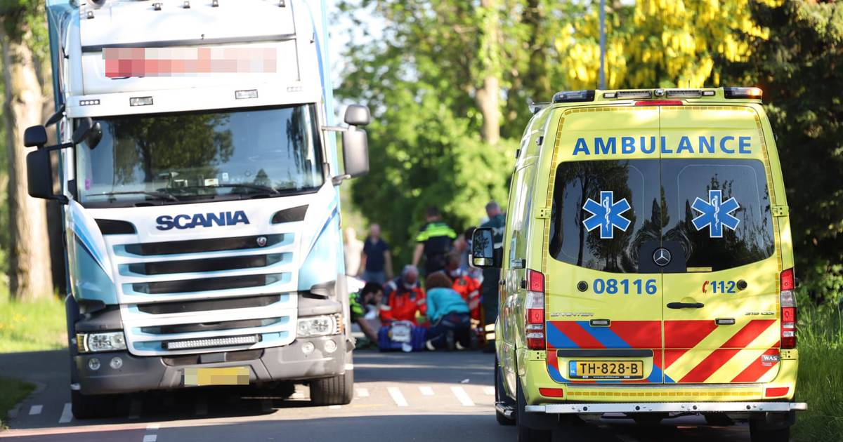 Brommerrijder ernstig gewond na aanrijding met vrachtwagen in Wadenoijen.