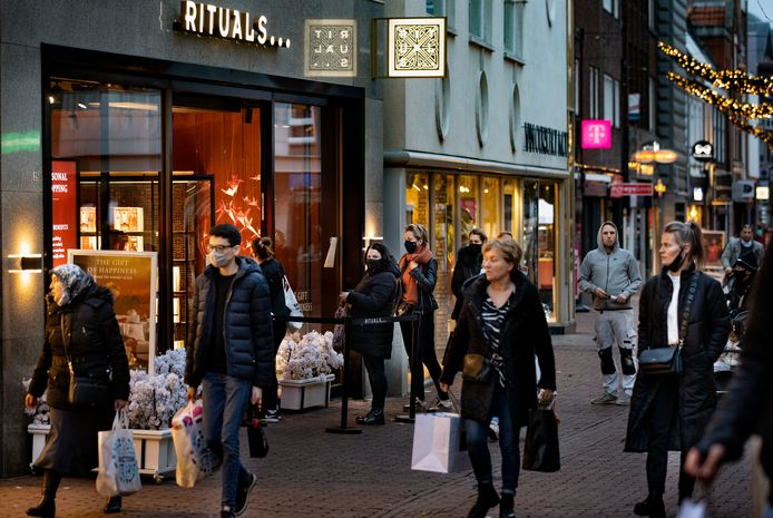 Drukte in het centrum van Helmond, voordat ook de winkels 'in lockdown' gingen