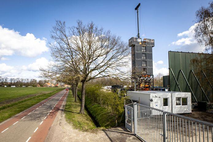 De mobiele opruimtoren steekt ook langs de Beuningerstraat in De Lutte hoog boven de tijdelijke bouwlocatie van de NAM uit.