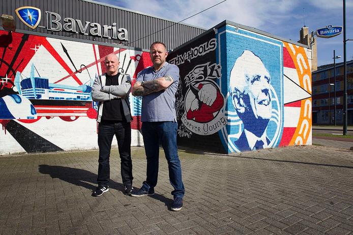 Uitbaters Hans (rechts) en Erwin de Kruyff (links) van supporterscafé De Aftrap in Eindhoven