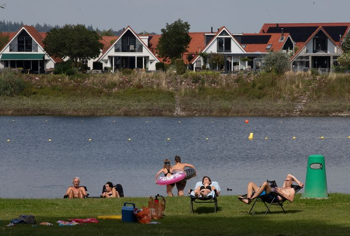 Mensen verzamelen zich aan de waterkant bij één van de spaarzame zomerdagen aan het Rhederlaag.