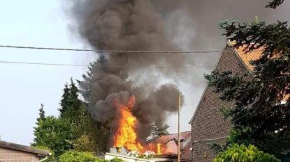 Zware brand vernielt achterbouw van woning: brandweer redt hond en cavia