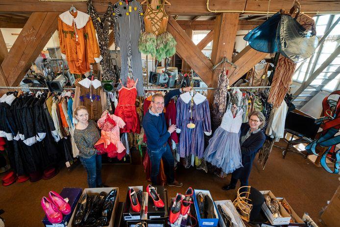 Bij Derksen Veilingbedrijf wordt binnenkort kleding van Introdans geveild. Van links naar rechts: Corinne Roes, Albert Keddeman en Janette Krabbenborg.