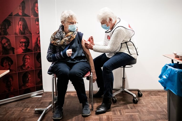 GGD-vaccinatielocatie in voormalig Zalencentrum Balk in het Groningse Zuidhorn. Beeld Kees van de Veen