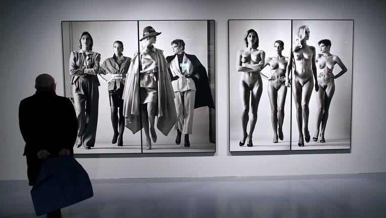 Beelden van Helmut Newton tijdens een expositie in Parijs in 2013 Beeld anp